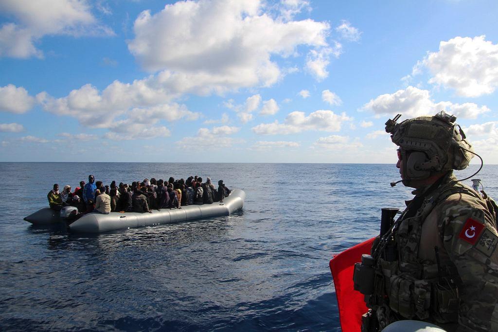 29.01.2020, wody Morza Śródziemnego, ponton z uchodźcami zatrzymany przez turecką straż przybreżną.