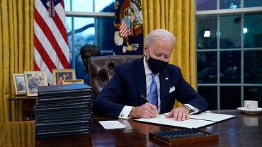 Joe Biden, prezydent USA, podpisuje pierwsze dekrety prezydenckie. 20 stycznia 2021 r.