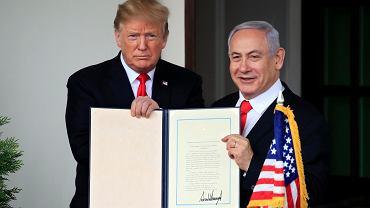 Prezydent USA Donald Trump i premier Izraela Benjamin Netanjahu z proklamacją USA uznającą zwierzchność Izraela nad syryjskimi Wzgórzami Golan. Biały Dom w Waszyngtonie, 25 marca 2019 r.