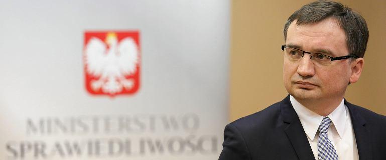 Ziobro wycofuje się z pozwu przeciw naukowcom. RMF: Decyzja Kaczyńskiego