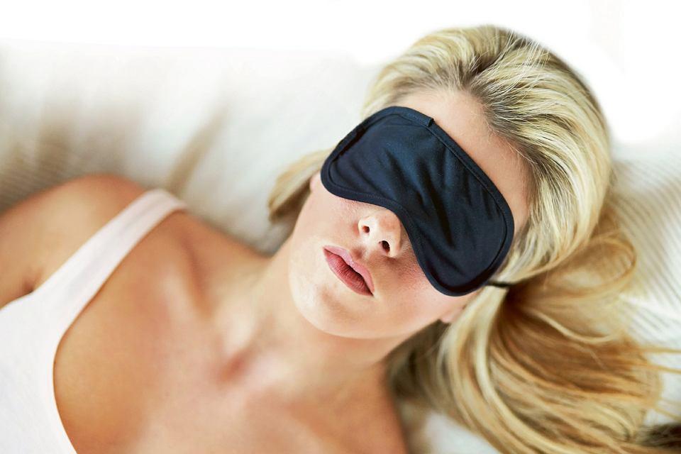 W nocy powinniśmy zaciemniać sypialnię, a jeśli to niemożliwe - zakładać maskę zasłaniającą oczy podczas snu
