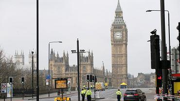 Po zamachu w Londynie. Policjanci na moście Westminsterskim