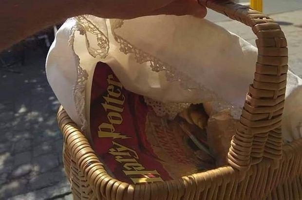 """Maciej Musiałowski w Wielką Sobotę wybrał się na święconkę. Do swojego koszyka włożył nie tylko pokarm, ale także książkę. Nieprzypadkowo był to """"Harry Potter""""."""