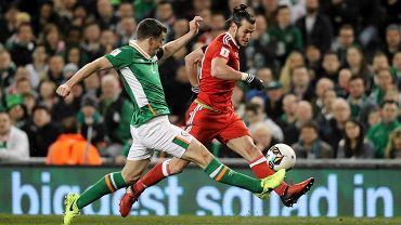 Seamus Coleman (z lewej) oraz Gareth Bale podczas meczu Walia - Irlandia