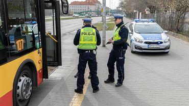 Pracownik sanepidu i policjant będą tropić jak nosimy maski. Patrole w rzeszowskich sklepach, restauracjach i autobusach (zdjęcie ilustracyjne)