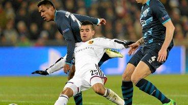 Derlis Gonzalez (FC Basel) w asyście dwóch obrońców strzela bramkę