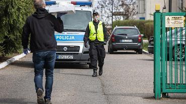 15 kwietnia 2020 r. Dom pomocy społecznej w Kaliszu, w którym doszło do zakażeń koronawirusem. Jeden z mieszkańców przywiózł blachy z ciastami. Policjant każe zostawić je pod bramą.