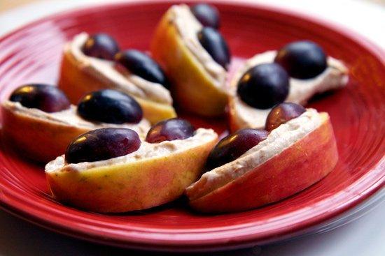 Jabłko ze śliwkami, masłem orzechowym i cynamonem