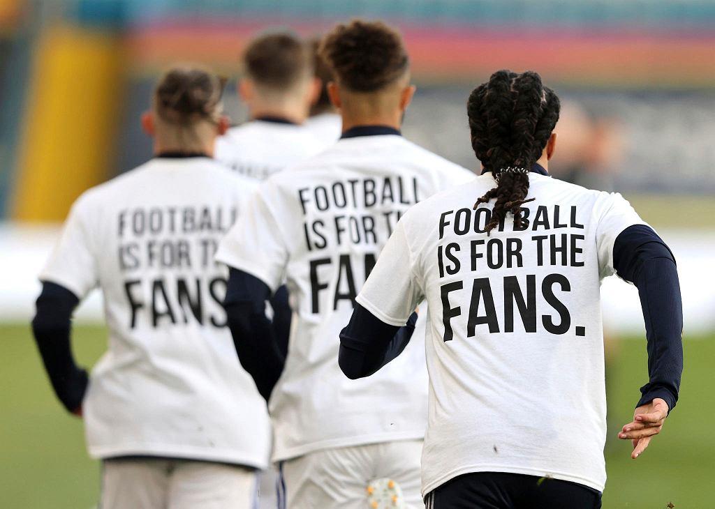 Piłkarze Leeds United na rozgrzewce przed meczem z Liverpoolem - jednym z założycieli Superligi