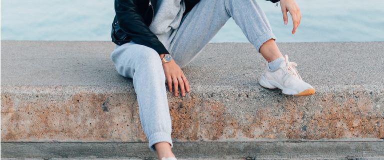 Joggery damskie - wygodne spodnie na każdą porę roku. Jak je nosić i gdzie kupić?