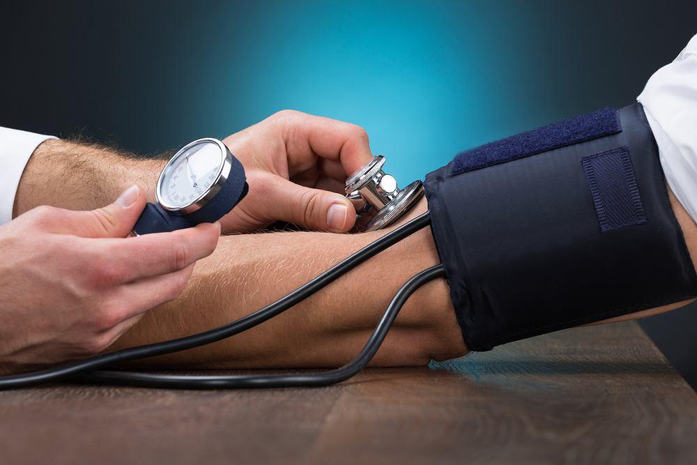Nadciśnienie tętnicze może nie dawać żadnych objawów. Zwykle te pojawiają się dopiero wtedy, gdy ciśnienie krwi jest bardzo wysokie.