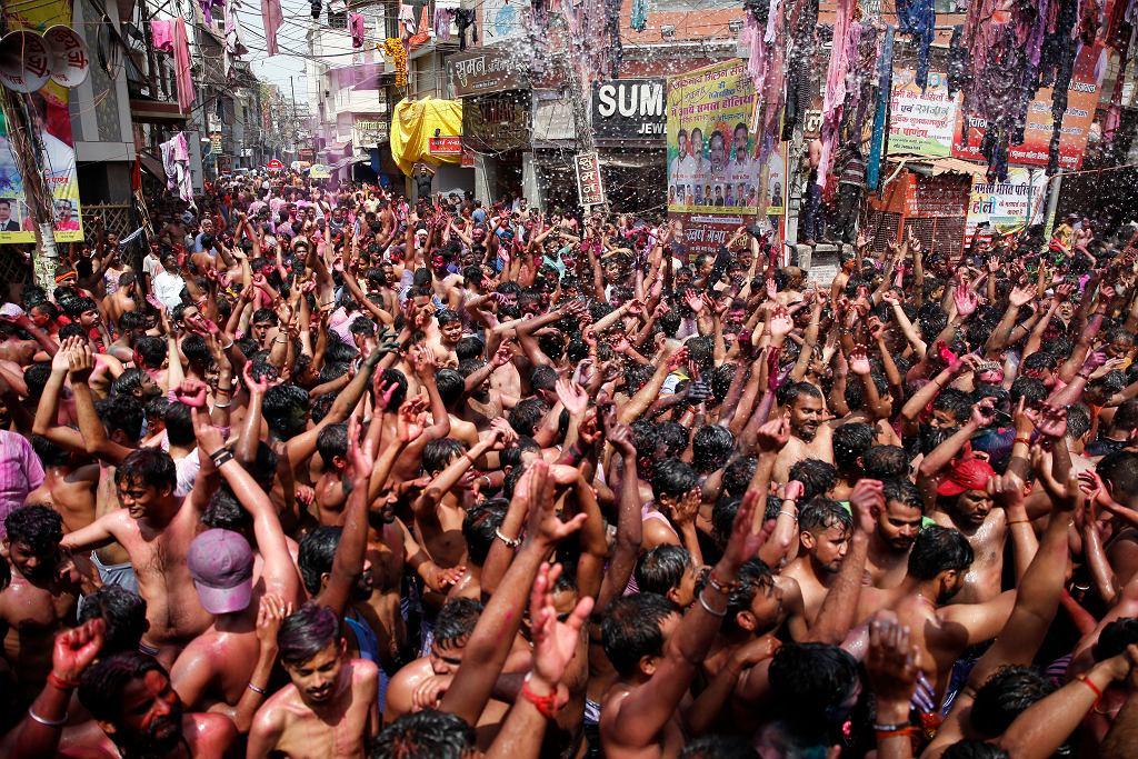 Koniec marca, zakażenia już wyraźnie rosną. Pomimo tego inne popularne hinduistyczne święto, Holi, też odbywa się jakby nigdy nic