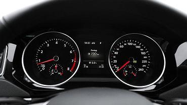 Czytelne zegary. Prędkościomierz wyskalowany nieco na wyrost do 260 km/h