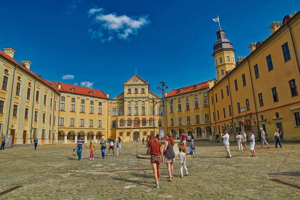 Turyści przed zamkiem w Nieświeżu na Białorusi.