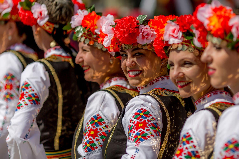 Tancerki w tradycyjnych bułgarskich strojach (fot. Shutterstock)