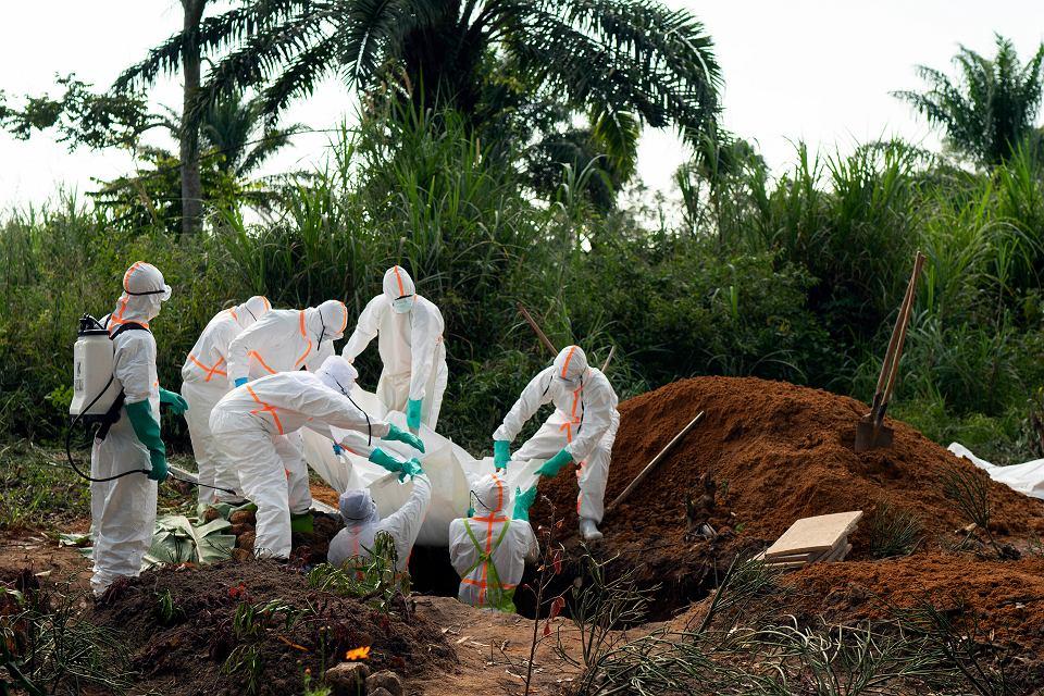 Liczba ofiar śmiertelnych gorączki krwotocznej w Demokratycznej Republice Konga wzrosła do 1,6 tys. Światowa Organizacja Zdrowia (WHO) uznała epidemię za 'sytuację nadzwyczajną w zakresie zdrowia publicznego w skali międzynarodowej'. Na zdjęciu: pogrzeb ofiary eboli na muzułmańskim cmentarzu w kongijskim Beni, 14 lipca 2019 r.