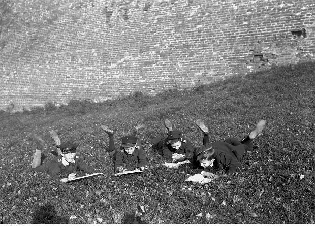 Nauka przy wawelskich murach. Kraków, październik 1928