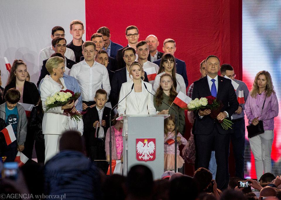 12.07.2020, Pułtusk, Kinga Duda przemawia podczas wieczoru wyborczego swojego ojca