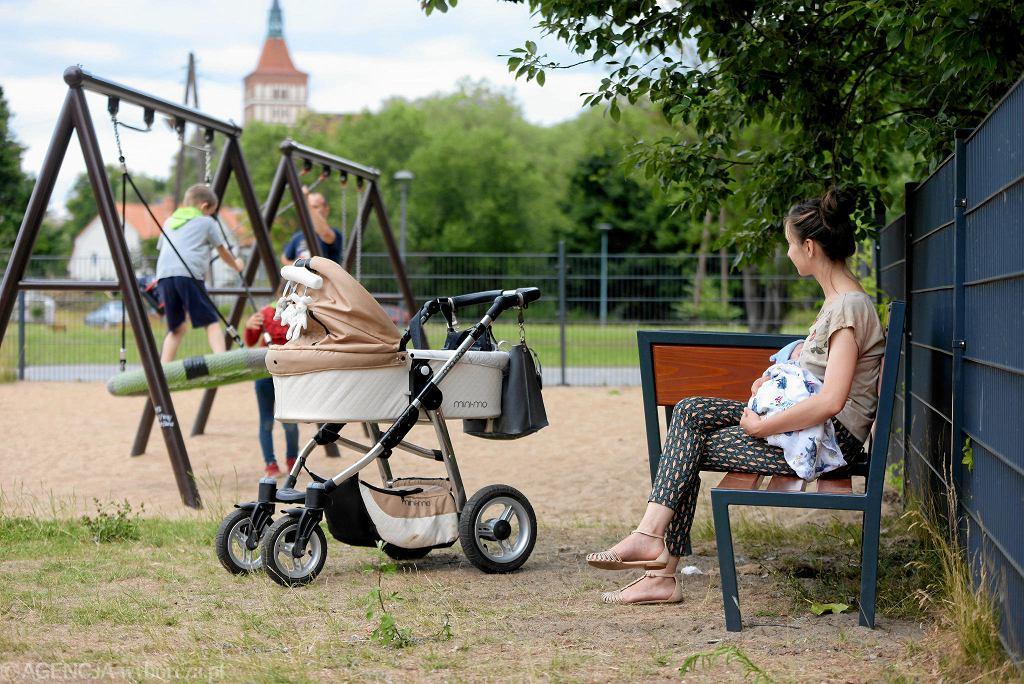 Matka z dzieckiem na placu zabaw w Olsztynie