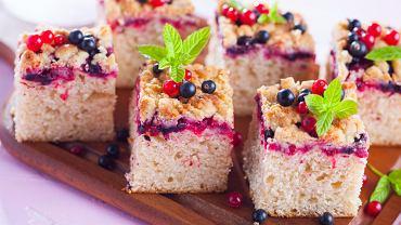Szybkie ciasto z owocami. Zdjęcie ilustracyjne