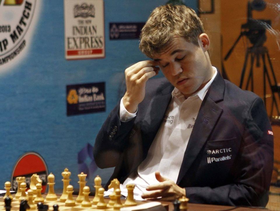 Magnus Carlsen, najlepszy obecnie szachista świata (2872 punkty w rankingu FIDE). Czyżby rozmyślał nad sensem założenia rękawic?
