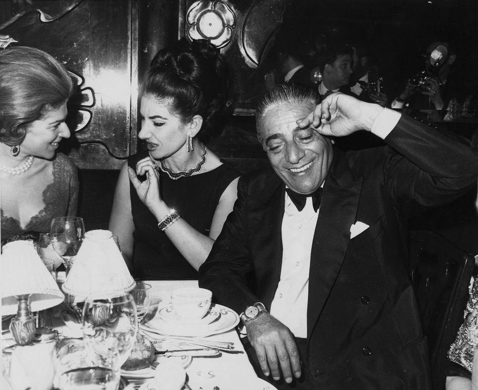 Charyzmatyczny Arystoteles Onasis cieszył się dużym zainteresowaniem kobiet. Na dłużej związał się m.in. z gwiazdą opery Marią Callas (pośrodku). Pozostawił majątek wart miliard dolarów