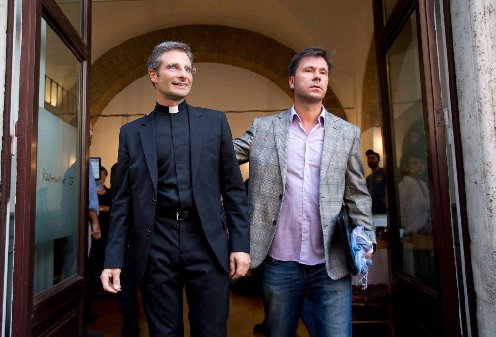 Wysokiej rangi duchowny ogłosił, że jest gejem i żyje z partnerem. Na konferencji prasowej pokazali się razem