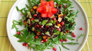 Sałatka z czarnego ryżu z kolorowymi paprykami i pestkami granatu