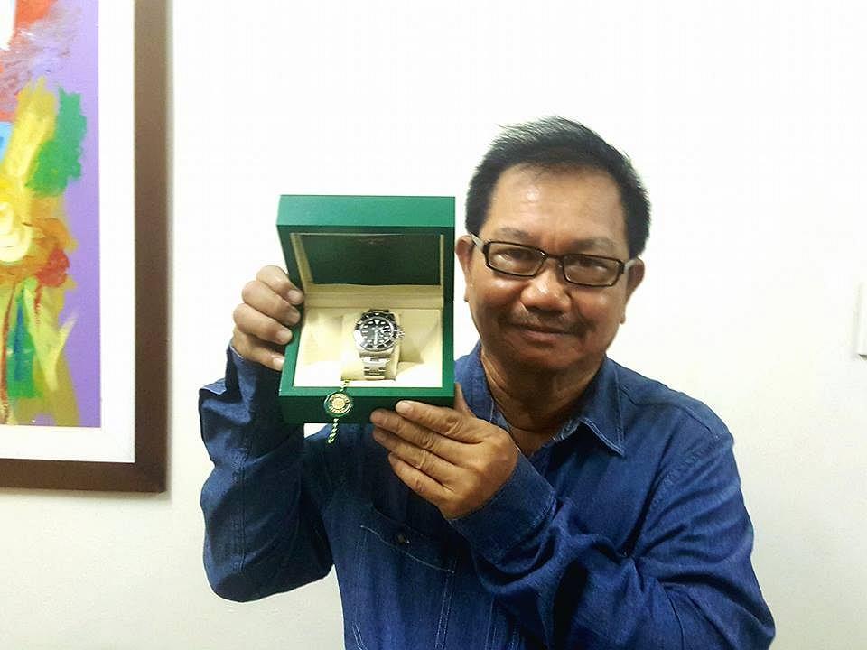 Manny Pinol z zegarkiem, który zamierza odesłać nadawcy