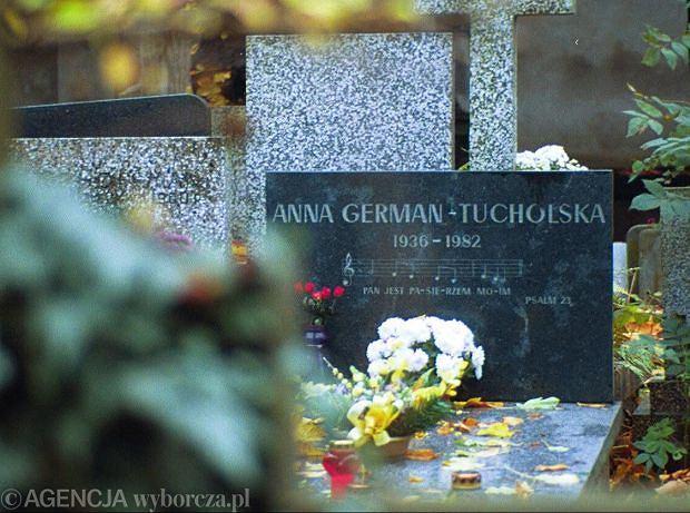30.10.2001 WARSZAWA -  GROBY    ANNA GERMAN - CMENTARZ EWANGELICKI  FOT.GRAZYNA JAWORSKA / AGENCJA GAZETA  GJ1398
