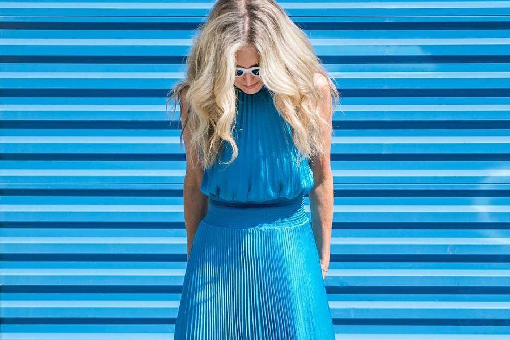 Blogerka po 50-tce w niebieskim total looku