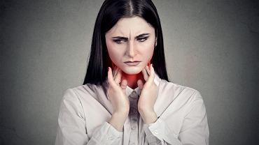 Mononukleoza charakteryzuje się silnym bólem gardła i długo utrzymującą się gorączką. Zdjęcie ilustracyjne