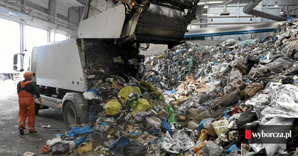 Wywóz śmieci do punktu segregacji odpadów (zdjęcie ilustracyjne)