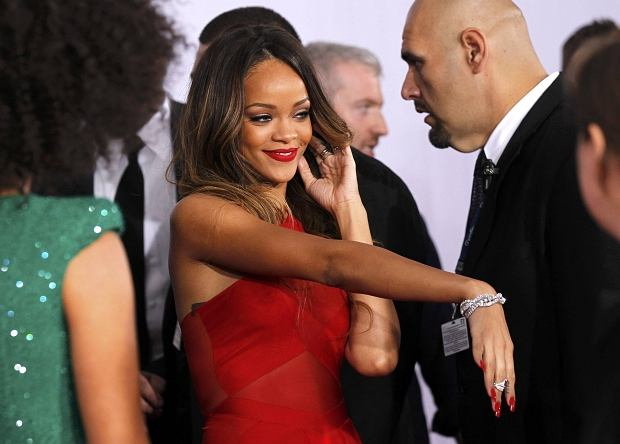 Rihanna shows off jewelry as she arrives at the 55th annual Grammy Awards in Los Angeles, California February 10, 2013.  REUTERS/Mario Anzuoni (UNITED STATES  - Tags: ENTERTAINMENT) (GRAMMYS-ARRIVALS)