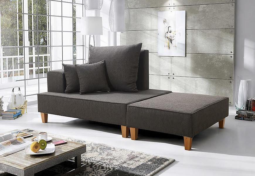 Ciemnoszara sofa.