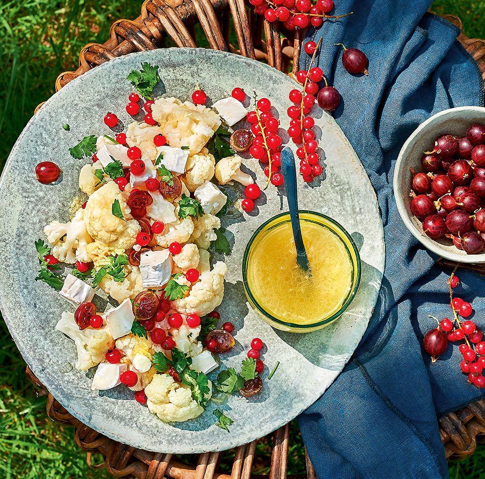 Sałatka kalafiorowa z porzeczkami, agrestem i kolendrą