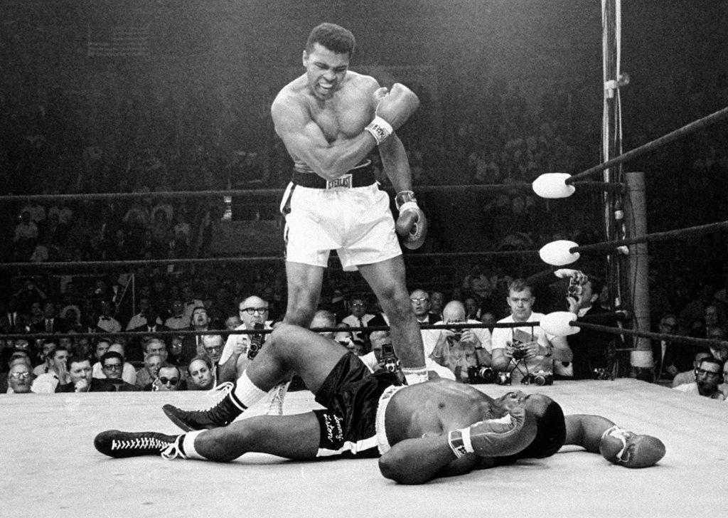 Muhammad Ali nie żyje. Powyżej - najsłynniejsze zdjęcie boksera, kiedy jeszcze znany jako Cassius Clay stoi nad pokonanym Sonnym Listonem w 1965 roku