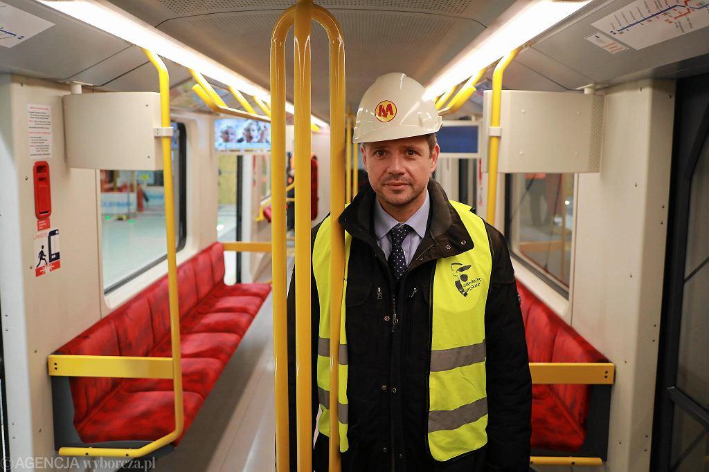 Prezydent Warszawa Rafał Trzaskowski podczas przejazdu nowym odcinkiem metra na Woli
