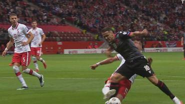 Kamil Glik faulujący Reya Manaja w meczu eliminacji MŚ 2022, Polska - Albania (4:1). Źródło: Twitter