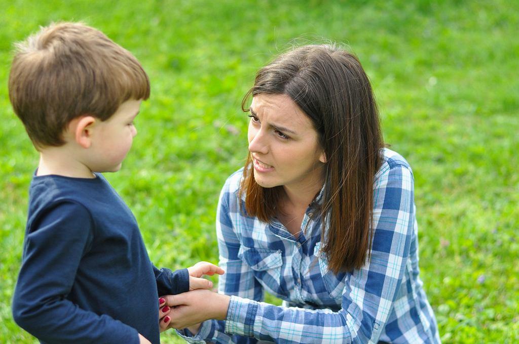 Jak rozmawiać z dzieckiem o emocjach? Na pewno nie jest to łatwe zadanie, inaczej musimy się do tego zabrać, gdy chodzi o kilkulatka, a inaczej, gdy chcemy coś wytłumaczyć nastolatkowi