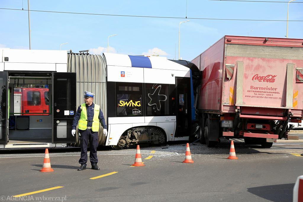Wypadek w Szczecinie. Zderzenie trwamwaju z ciężarówką