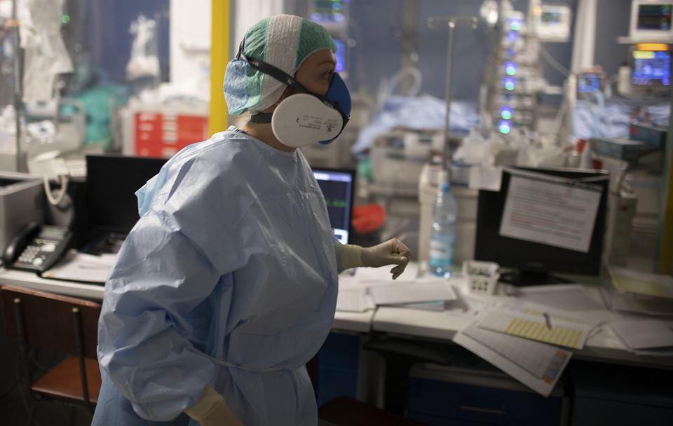 Zdjęcie numer 2 w galerii - Koronawirus. Od wczoraj dwukrotnie wzrosła liczba nowych zakażeń. W środę 14 151 zachorowań, 553 osoby zmarłe w kraju. W Podlaskiem: 477 i 15 ofiar
