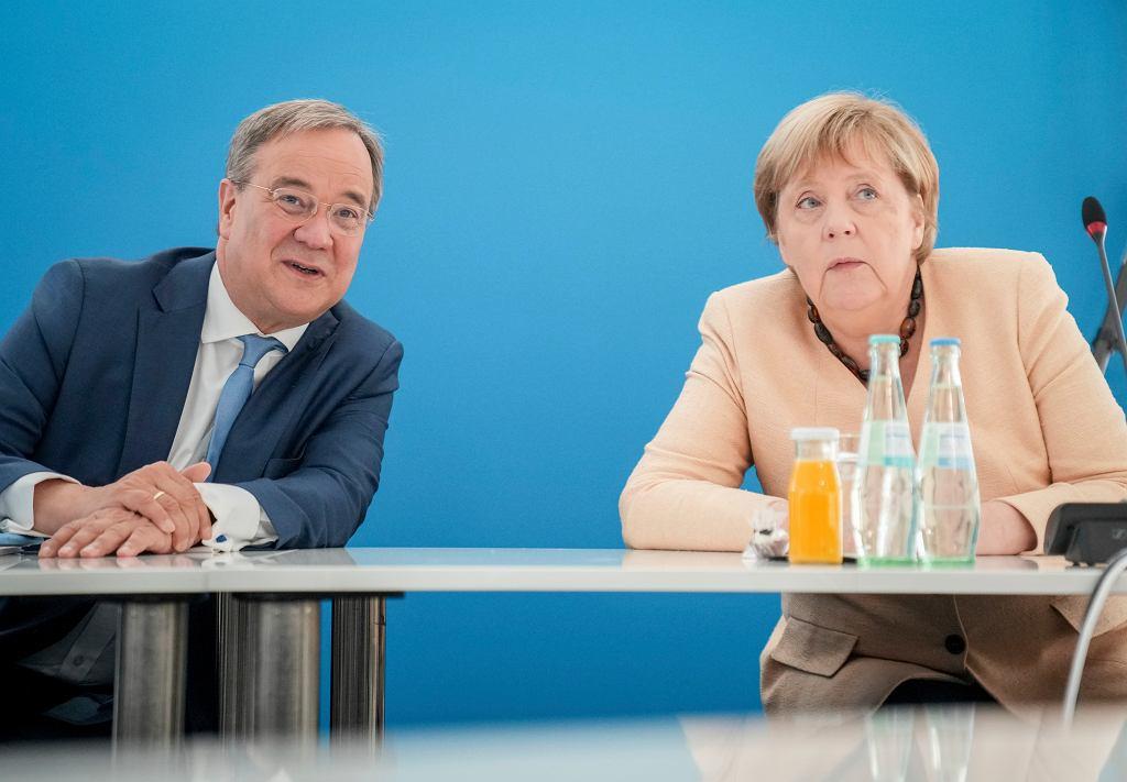 Armin Laschet, kandydat na kanclerza Niemiec, rozmawia z Angelą Merkel