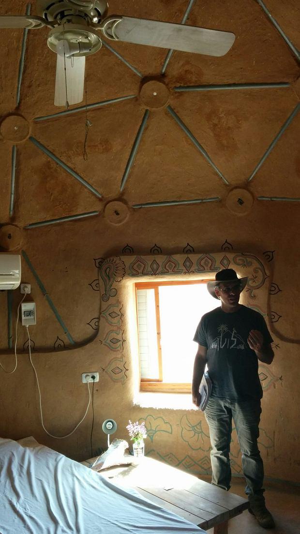 Wnętrze 'geoidalnego domku' zbudowanego przez studentów. Turyści mogą wybrać też tradycyjne pokoje.