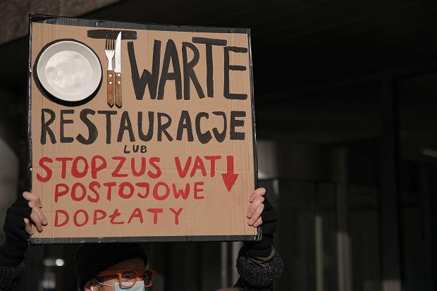 Pod koniec listopada branża gastronomiczna wyszła na ulice protestować przeciwko obostrzeniom wprowadzonym przez rząd w związku z epidemią koronawirusa (fot: Dawid Żuchowicz/ Agencja Gazeta)
