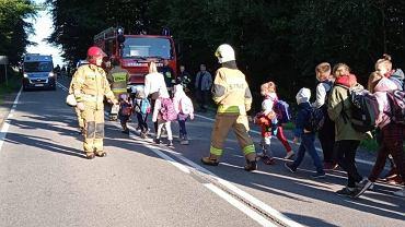 Zderzenie busa z autokarem. Strażacy pomagają pasażerom