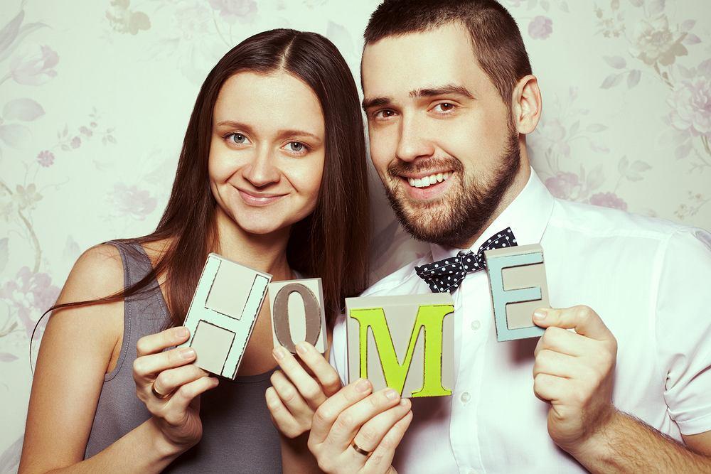 Prezent na parapetówkę dla pary. Zdjęcie ilustracyjne