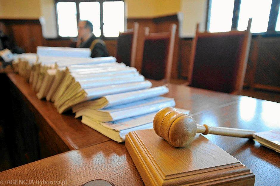 Akta w sądzie (zdjęcia ilustracyjne)
