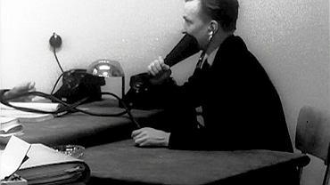 Na zdjęciu wykonanym podczas śledztwa, Kaczmarzyk demonstruje specjalne urządzenie, za pomocą którego rozmawiał z oficerem brytyjskiego wywiadu, żeby uniknąć podsłuchu. Mówił łamaną angielszczyzną do specjalnej tuby połączonej ze słuchawką stetoskopu. Złapanie brytyjskich dyplomatów na działalności wywiadowczej było dużą kompromitacją, wykorzystywaną przez polskie władze propagandowo. Powstał wtedy film dokumentalny 'Koniec kariery szpiega'.