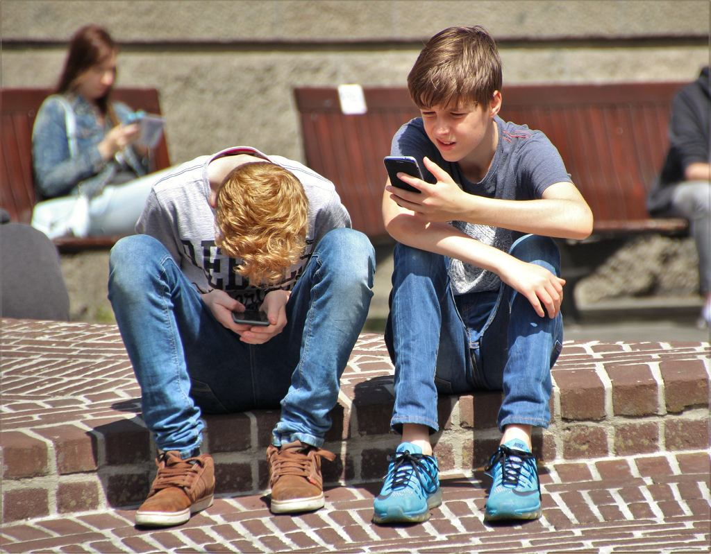 Alarmujące jest też zachowanie dziecka, które w momencie, kiedy dostanie telefon do ręki zatraca się.